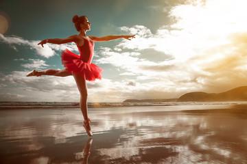 Baletnica na wodzie w czerwonej sukience
