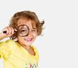 bambina con la lente d'ingrandimento
