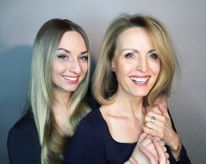 glückliche Tochter mit Mutter