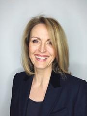 Erwachsene Geschäftsfrau lächelt