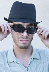 jeune homme aux lunettes