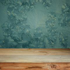 пустой деревянный стол на фоне стены