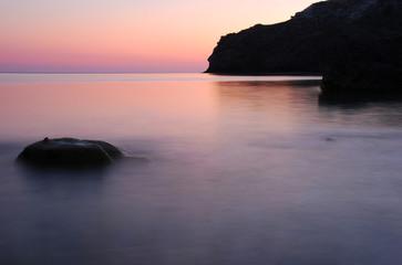 Пурпурный закат на морском берегу