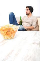 Bei Bier und Chips im Wohnzimmer