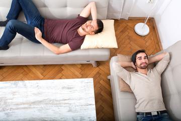 Freunde chillen auf dem Sofa
