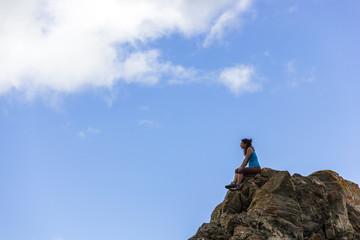 Ragazza sulla vetta della montagna