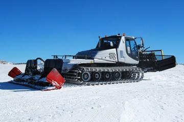Ski piste snow groomer machine