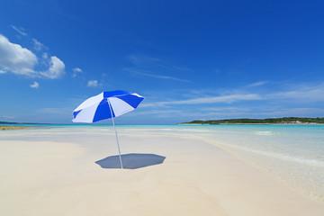 南国沖縄の美しいビーチと夏空