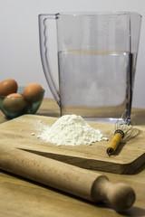 farina uova tagliere mattarello acqua per impasto