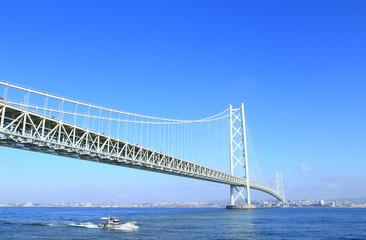 明石海峡大橋とボート
