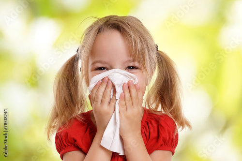 Leinwanddruck Bild Kleines Kind putzt sich die Nase