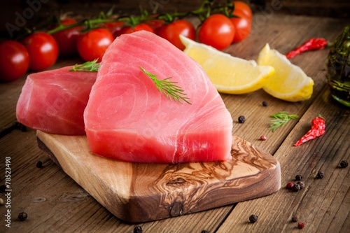 Foto op Plexiglas Vis Raw tuna fillet with dill, lemon and cherry tomatoes
