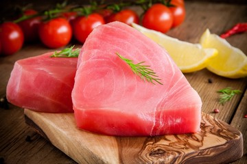 Raw tuna fillet with dill, lemon and cherry tomatoes