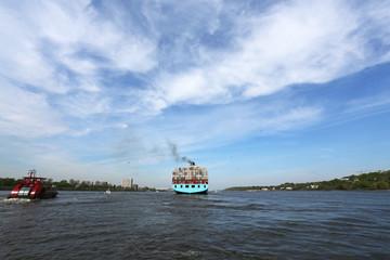 Containerschiff entfernt sich