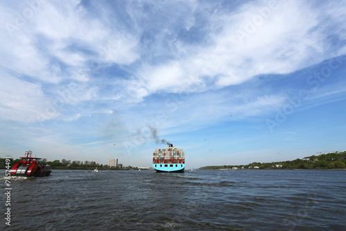 Containerschiff entfernt sich - 78524491