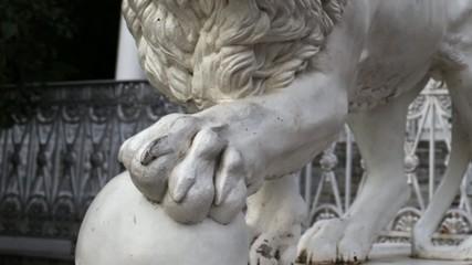 guardian lion sculpture