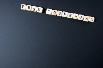 Kreidetafel und die Worte Früh Förderung
