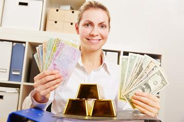 Frau mit Dollar und Euro und Gold
