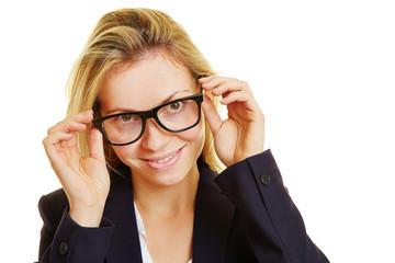 Geschäftsfrau setzt Brille auf