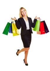 Lachende Geschäftsfrau mit Einkaufstaschen