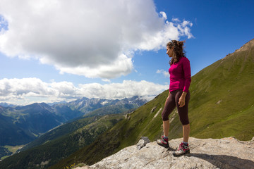Giovane ragazza ammira paesaggio di montagna