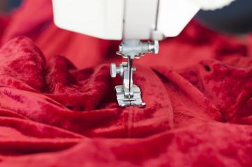 Naehmaschine mit Textilien