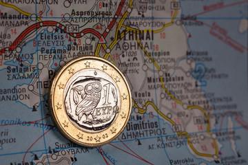 Griechische Euromünze auf Karte vor Athen