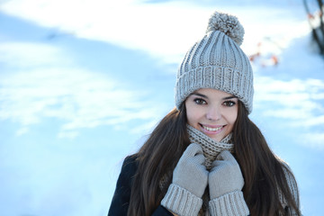 Jeune femme souriante à la neige