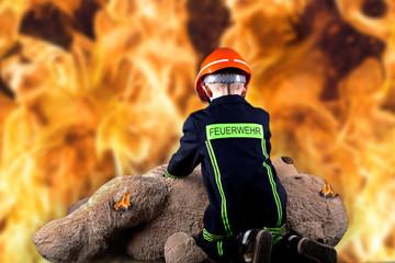 kleiner Feuerwehrmann rettet Teddy