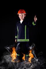 Kind im Feuerwehrkostüm