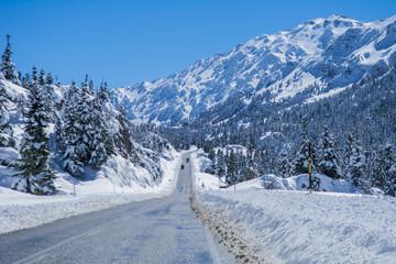 kış mevsimi karlı dağlar ve yollar