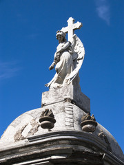 Engelsfigur mit Kreuz