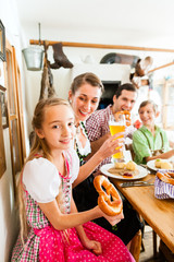 Bayrische Familie im Restaurant