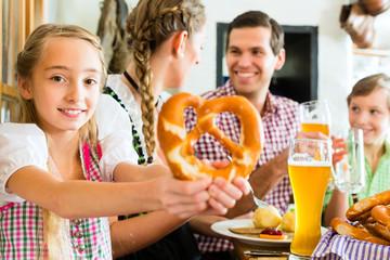 Bayrisches Mädchen mit Familie im Restaurant