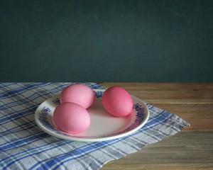 пасхальные яйца на скатерти в клетку