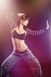 Frau tanzt in bunten Lichtern