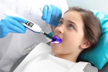 Plomba światłoutwardzalna, dziecko w gabinecie stomatologicznym