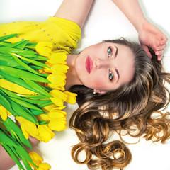 Портрет красивой девушки с желтыми тюльпанами