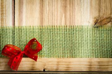 Holztafel mit Band und Schleife