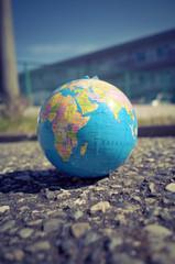 地面に転がっている地球儀