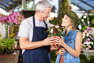 Kunde und Verkäufer im Gartencenter