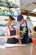 Frau macht Ausbildung bei Gärtner in Gärtnerei