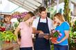 Pflanzenfachverkäufer bei Beratung von Kunden