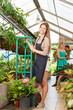 Junge Frau macht Ausbildung in Gärtnerei