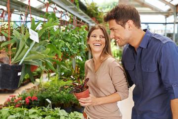 Lachendes Paar beim Shopping im Gartencenter