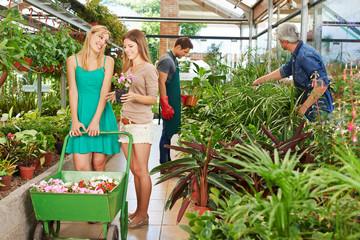 Frauen kaufen Blumen in einer Gärtnerei