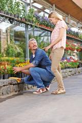 Frau redet mit Gärtner im Gartencenter