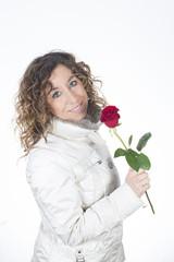 Donna bionda innamorata e felice con rosa rossa