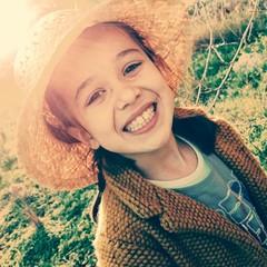 Niña con sombrero de paja sonriendo