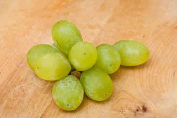 raisin blanc  sur planche à découper